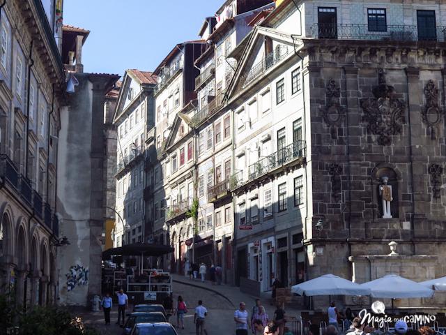 Calle principal de Oporto que desemboca en la Plaza de la Ribera.